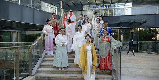 Expats celebrate Mid-Autumn at Pingshan Subdistrict